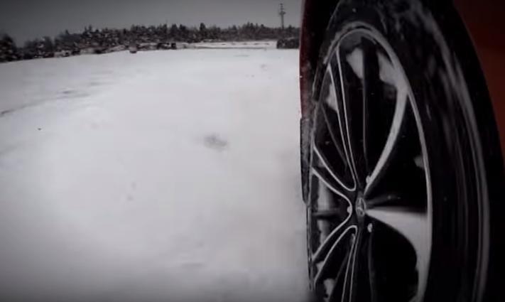 Фото автомобиля во время заноса по снегу